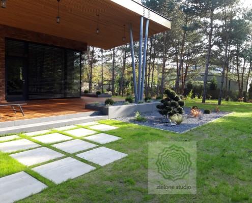 drewniany taras w nowoczesnym ogrodzie